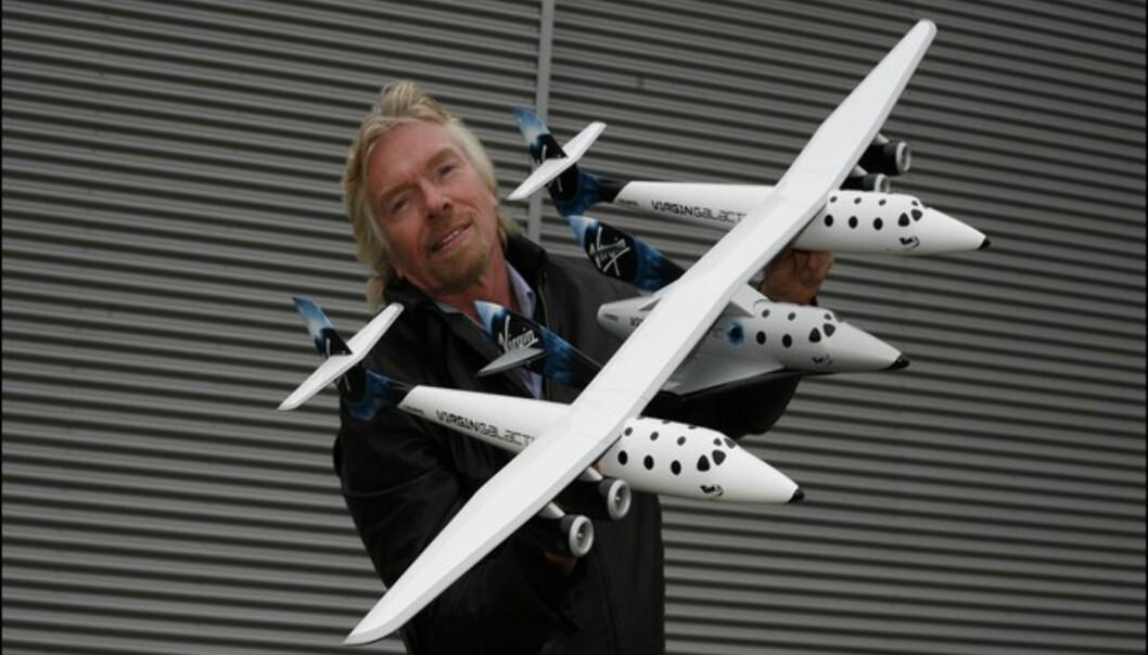 Sir Richard Branson med moderskipet. Branson er grunnleggeren av Virgin Galactic. Foto: Thierry Boccon/Virgin Galactic