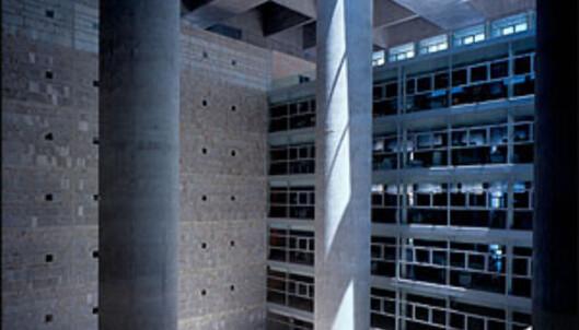 Børs og katedral møtes i Alberto Campo Baezas bankbygning Caja Granada.