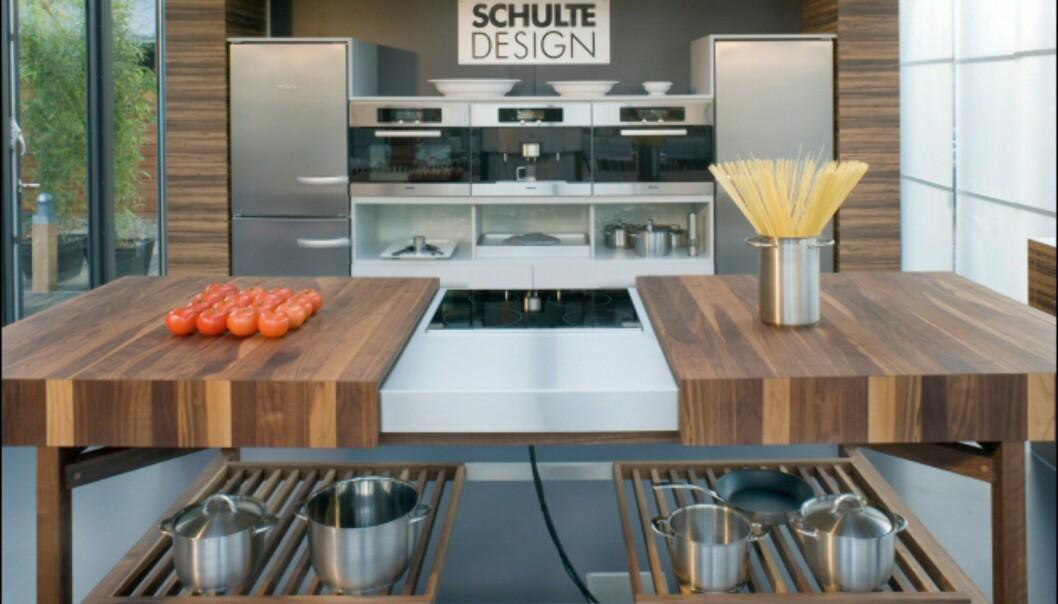 Dette kjøkkenet fra Schultedesign heter Grace. Når komfyren ikek er i bruk, kan bordplatene skyves sammen.  Foto: IMM Cologne: Hitguide 2008