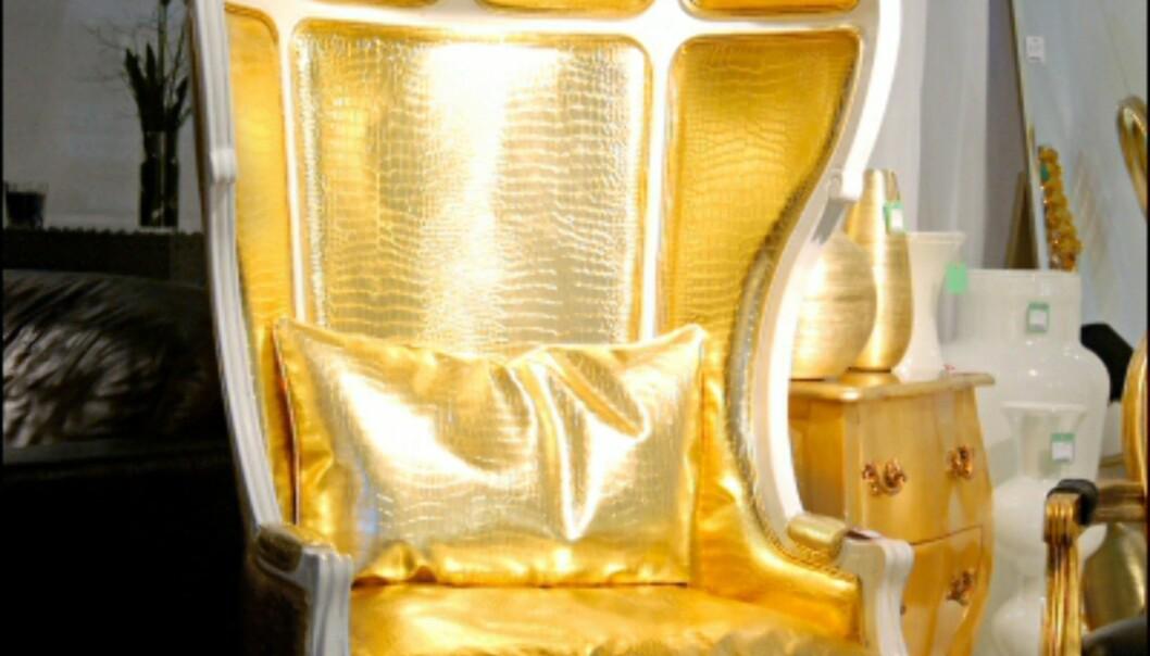 For deg som drømmer om ditt eget Beckingham, unnskyld Buckingham, Palace? Tronstol fra Kare. Foto: IMM Cologne: Hitguide 2008