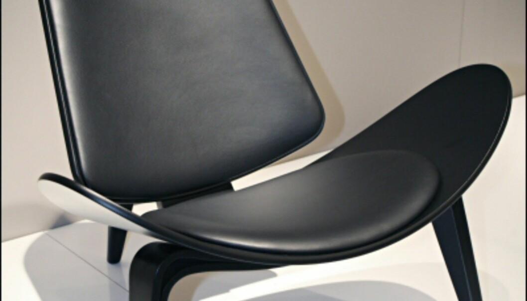 Fra danske Carl Hansen & Son, Hans J Wegners klassiske trebente stol.