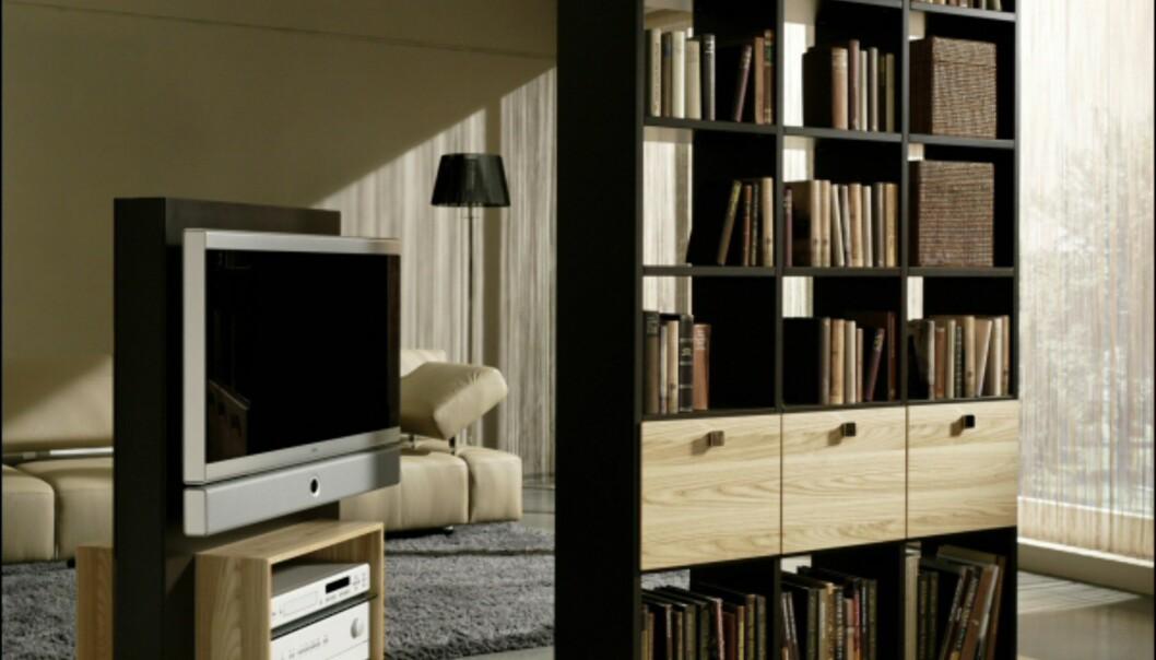 Bokhylle og TV-bord som fungerer som romdeles. TV-bordet kan dreies. Fra Gruberschlager.