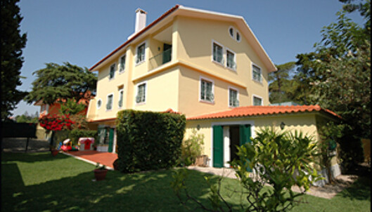 Dette huset ligger i den tradisjonelle og eksklusive badebyen Cascais, rett nord for Lisboa. 250 kvadratmeter i førsteetasjen av tomannsboligen og egen hage kan bli din for 3,5 millioner kroner.