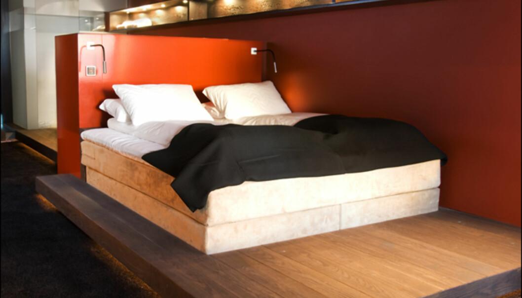 Sengen i suiten. Bak sengen finner du badekaret og dusjkabinettet (se neste bilde).<br /> <i>Foto: Grims Grenka</i>