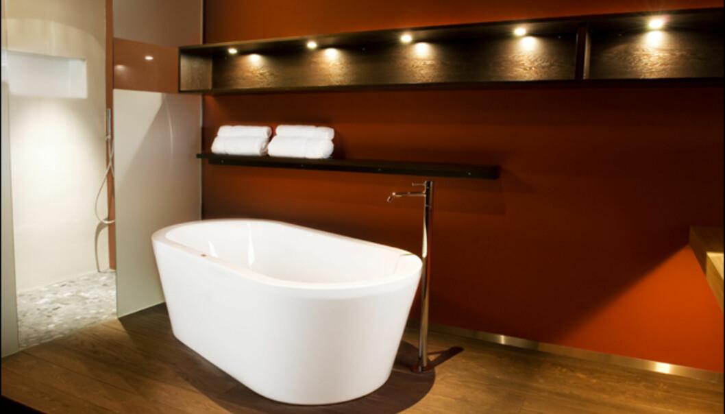 Samme suite som i forrige bilde. Her ser du badekaret som står ved siden av dusjkabinettet. <br /> <i>Foto: Grims Grenka</i>