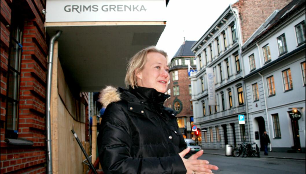 Hotellsjef Caroline Laurhammer foran fasaden til First Hotell Grims Grenka. Som du kan se, gjenstår det en del arbeid før hotellet kan ønske sine gjester velkommen. <br /> <i>Foto: Kim Jansson</i>