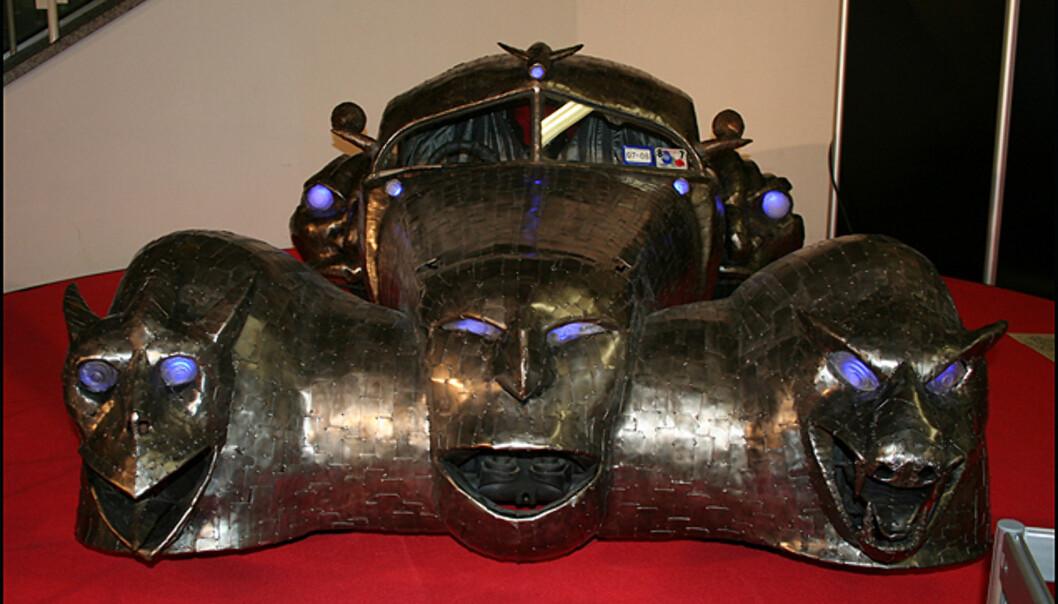 """Dette er en såkalt """"Art Car"""", heter """"Phantoms"""", er inspirert av en Bugatti Atlantic fra 1936 og er bygget av kunstneren William Burge."""