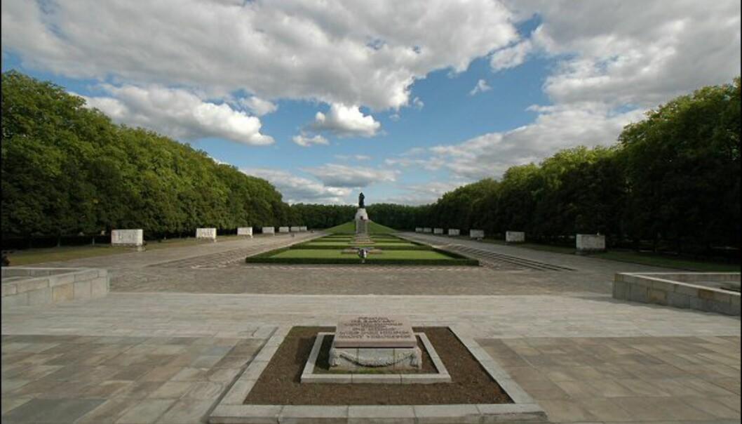 Parken ble åpnet 8. mai 1949, på fireårsdagen etter at krigen tok slutt. De sarkofaglignende skulpturene på sidene her, er plassert til minne om de 5.000 sovjetiske soldatene som mistet livet under kampene i Berlin. Foto: Tore Neset