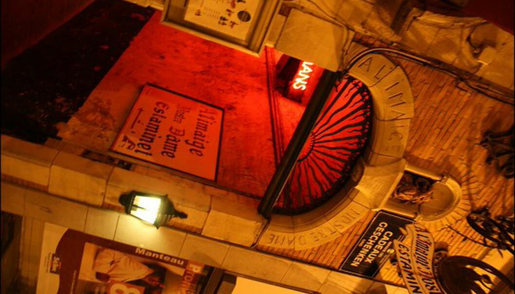 Et av Brussels gamle vannhull. Unik stemning men få bordplasser. Dette er inngangen til A l'imagie de Notre Dame.