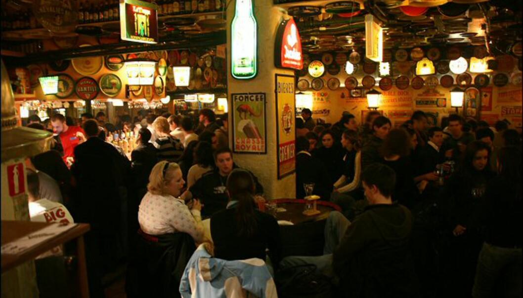 Selv en tirsdagskveld er det fullt hus hos Delirium Tremens Café. Her kan du velge mellom over 2.000 ulike ølsorter.