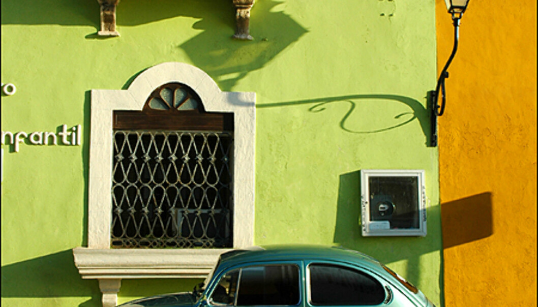 Campeche går for å være en av Mexicos store koloniale juveler. Bildet er tatt i hjertet av byen, hvor mye av bygningsmassen er relativt inntakt og oser av pastellfarger på husvegger fra 1700- og 1800-tallet. Gamle barokk-kirker preger horisonten. Bilene er heller ikke de nyeste...<br />