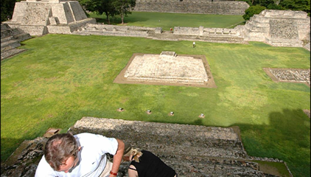 Hvis du har sett den Mel Gibson regiserte filmen <i>Apocalypto</i>, var det ned denne trappen hodene rullet. Noe som er en total fiksjon, forteller min guide. Mayane ofret ikke mennesker i denne delen av landet, kun dyr og mat. Ruinene med navn Edzná blir ikke mindre interresanne av den grunn. De imponerende byggverkene befinner seg cirka en times kjøring fra Campeche by og innover i landet. Med kun jungel rundt, får du en helt unik opplevelse når du klatrer til topps på hovedpyramiden. I tilegg kan du ofte være den eneste turisten på stedet.