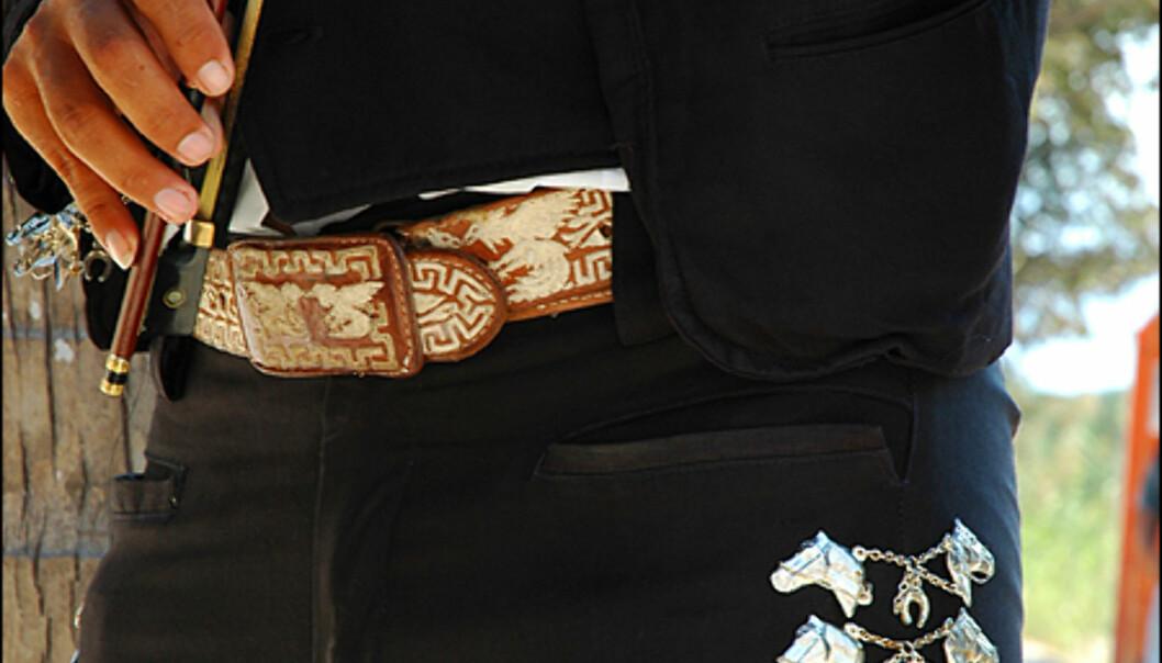 Tradisjonelle kostymer fra Campeche, preget av sølv og fargekontraster.