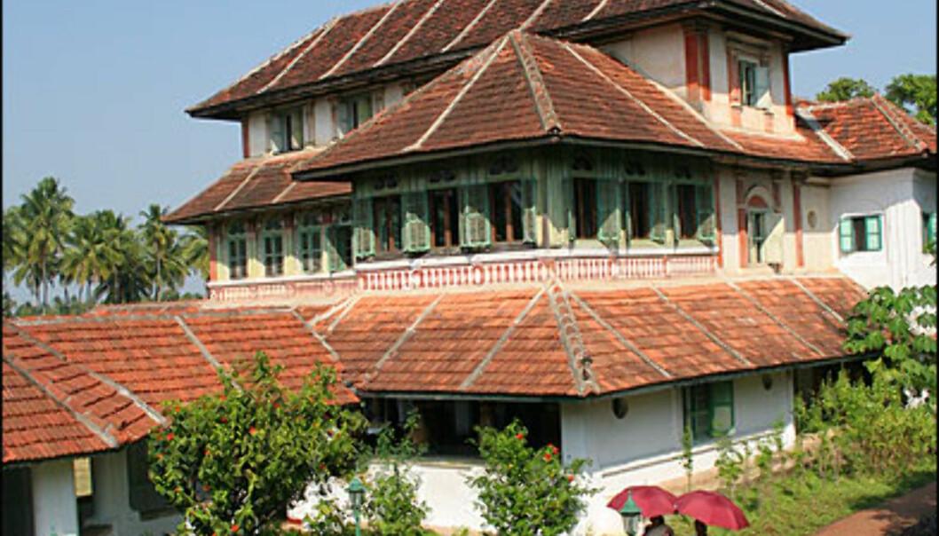 <strong>SKARP SOL:</strong> Det eneste skarpe ved Kalari Kovilakom er sola, og den beskytter man seg mot. På palasset matcher parasollene stripene i det hvite Kerala-sariene.<br /> <br /> <i>Foto: Inga Ragnhild Holst</i>