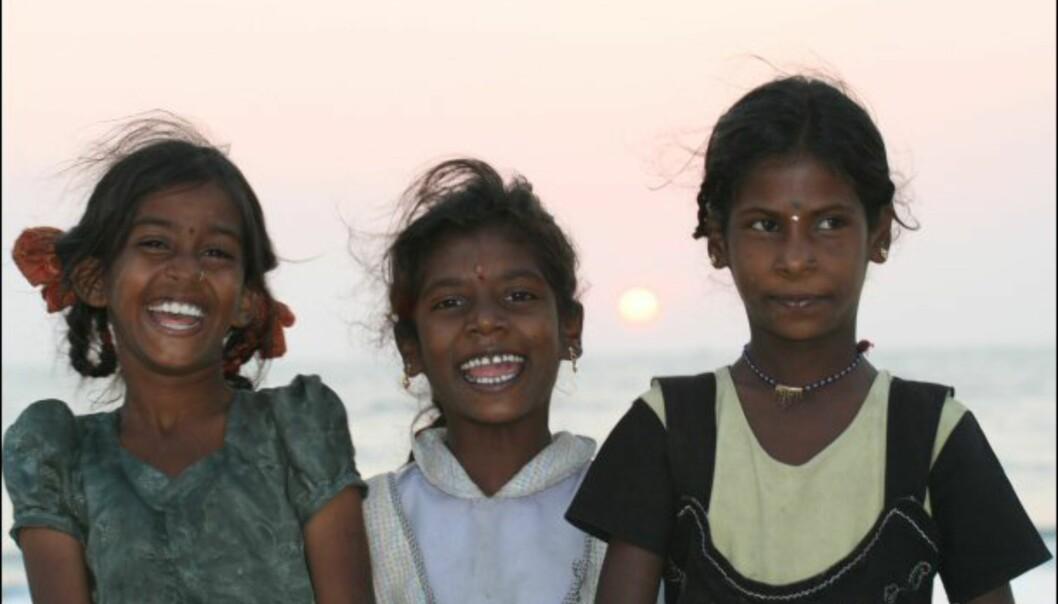 Tre glade jenter fra Colva. Foto: Haakon F. Stenersen