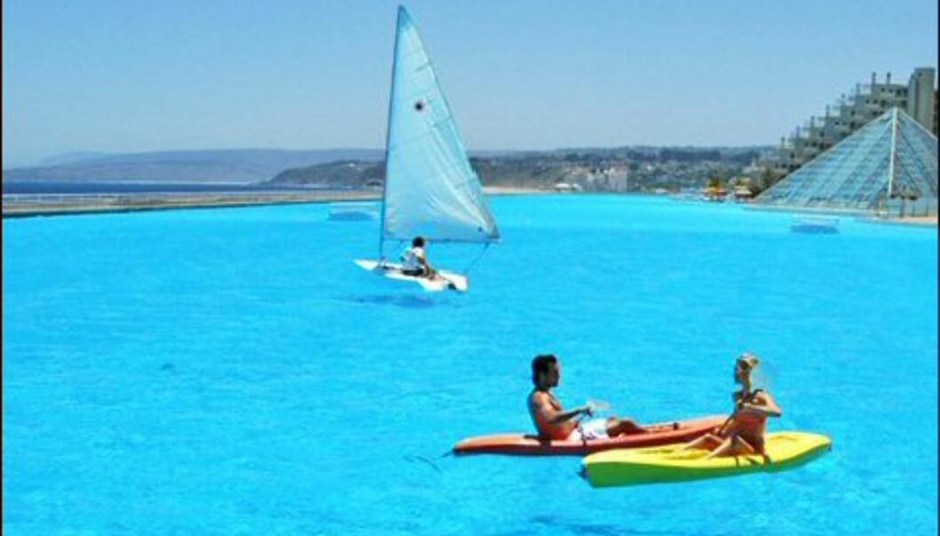 Resorten er populær blant chilenere, særlig siden det 26 grader varme vannet garanterer bademuligheter. Foto: San Alfonso del Mar