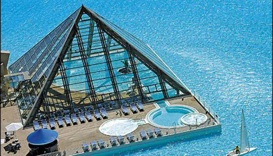 Er det surt i luften, kan man bade inne i disse glasspyramidene. Foto: San Alfonso del Mar