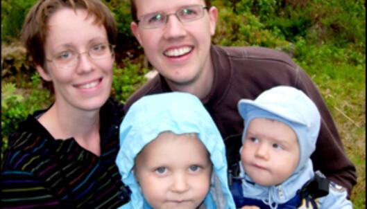 Familien Fylkesnes kan endelig pusse opp badet sitt. Elin og Geir Ove, sammen med barna Sebastian (til ventre) og Samuel.