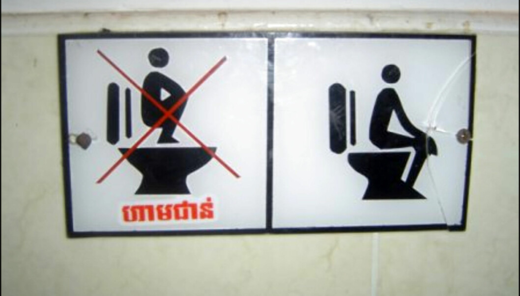 Advarsel for de som liker å stå på dosetet. Dette skiltet finner du i Kambodsja, og er ment for turister som ikke er vant med den vestlige verdens toaletter. Foto: Lee Titterton