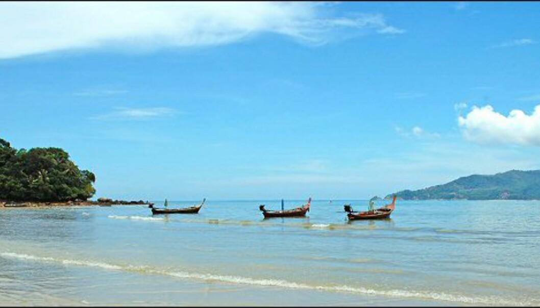 Klassisk strandbilde fra Thailand, med de typiske langnesebåtene. Foto: Dominic Morel