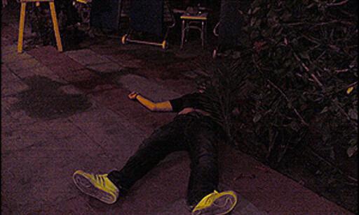 Bildet er tatt med mobilkamera i Aya Napa. En overstadig beruset person ligger slått ut på bakken.