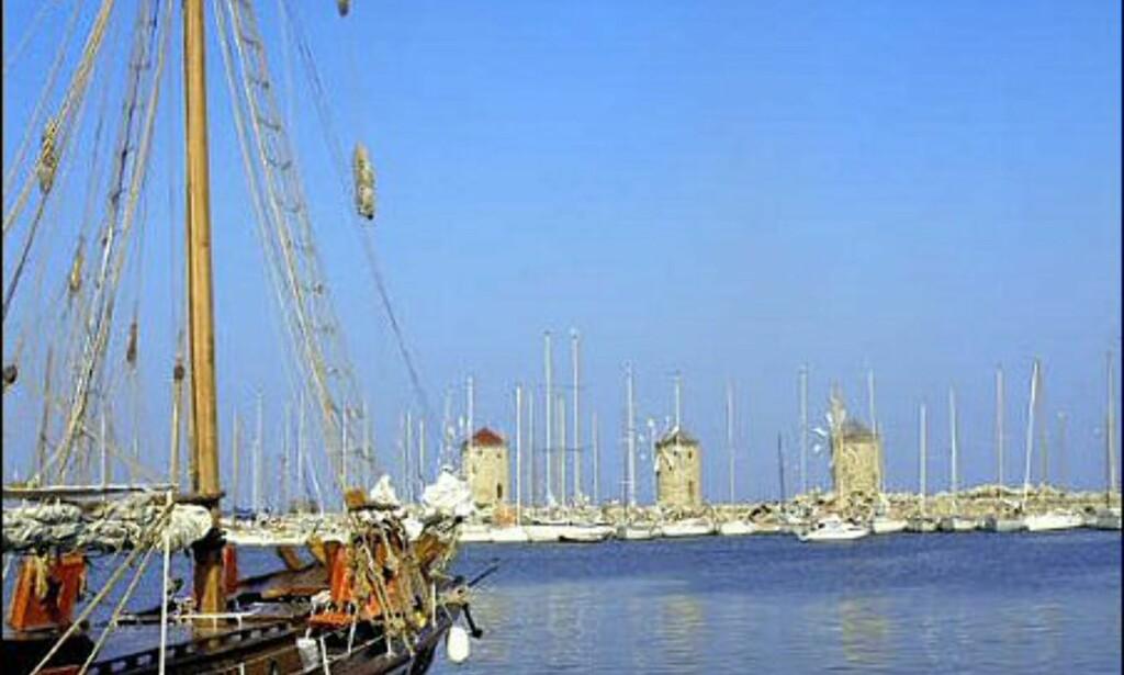 Seilbåt på vei inn til havna i Rhodos by. Foto: Wonderful Greece