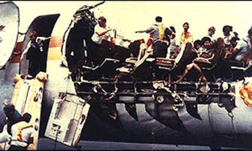 Aloha flight 243 fikk i 1988 deler av toppen revet av i luften. Kun en flyvertinne døde da hun ble sugd ut av flyet, passasjerene satt fastspent og overlevde turen ned uten tak. Foto: www.planecrashinfo.com