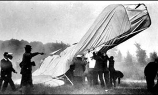 Dette bildet er historiens første dødsulykke med fly. Orville Wright var piloten, og hans copilot døde da propellene sviktet i 1908. Foto: www.planecrashinfo.com