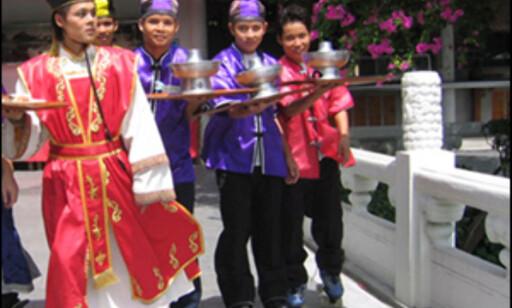 Rullende servitører på verdens største restaurant. Foto: The Royal Dragon.
