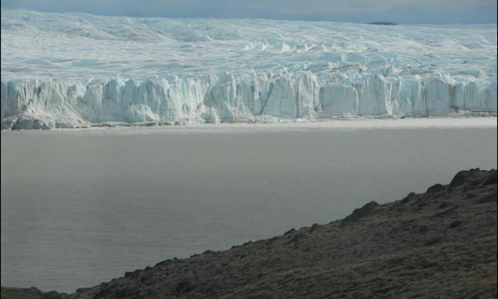 Oppdemmet ferskvann, grått av slam fra isbreen. Foto: Lars Brubæk
