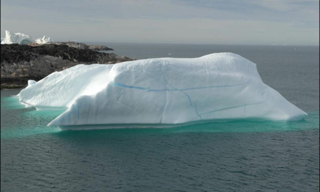 Blågrønne striper i isfjellene er sprekker der det har frosset til vann i etterkant. Foto: Lars Brubæk