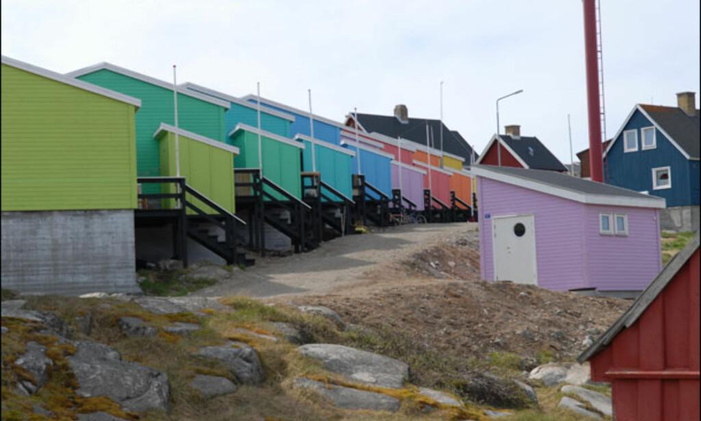 Rekkehusene triller ned veien som drops ut av en godtepose. Foto: Lars Brubæk