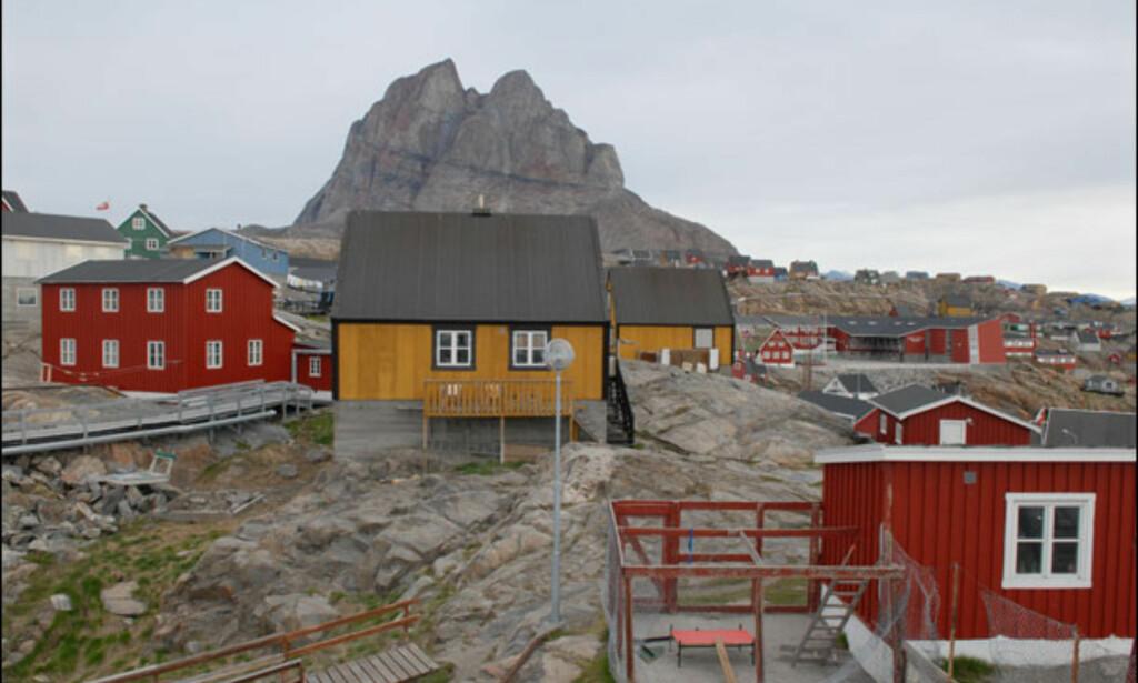 Uummannaq ligger ved foten av et 1.170 meter høyt fjell. Foto: Lars Brubæk