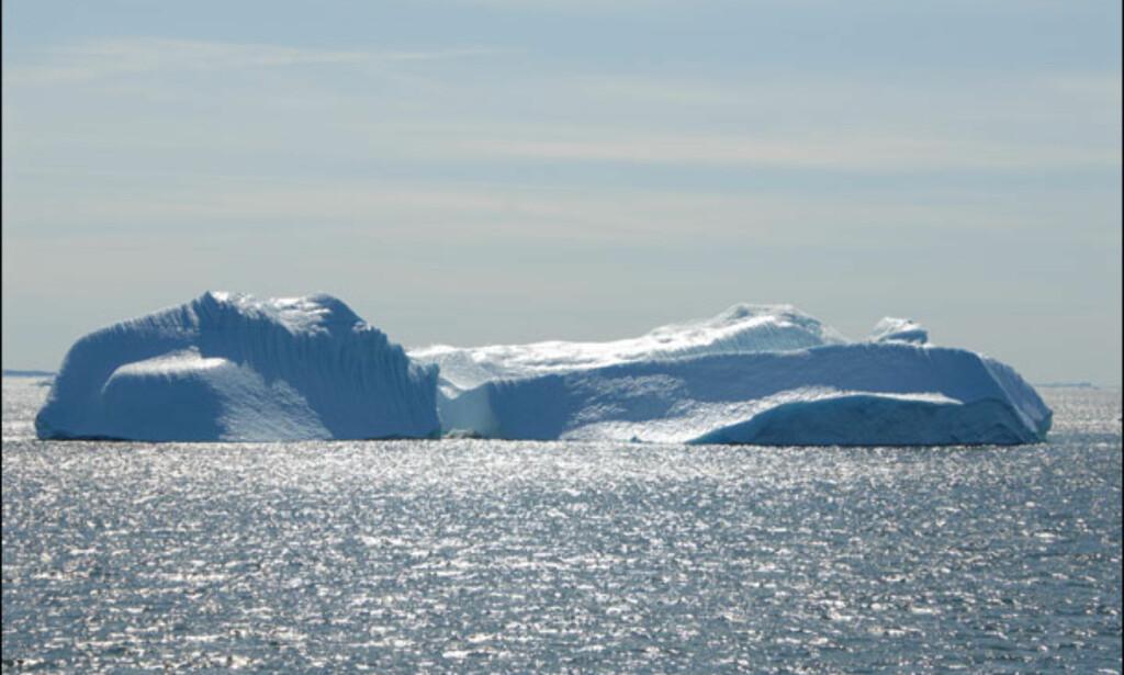 Godvær i nord får isberget til å glimre. Foto: Lars Brubæk