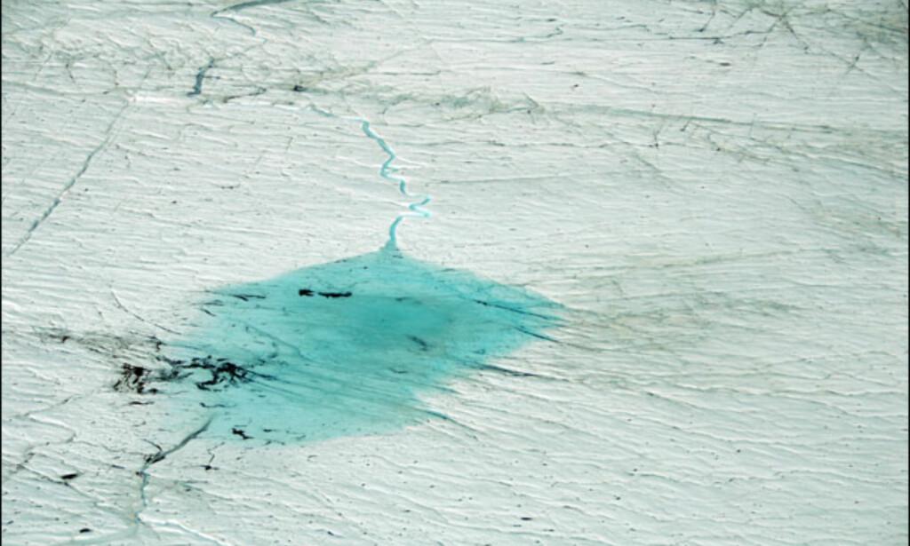 Store isvann flyter på innlandsisen sommerstid. Foto tatt fra helikopter. Foto: Lars Brubæk