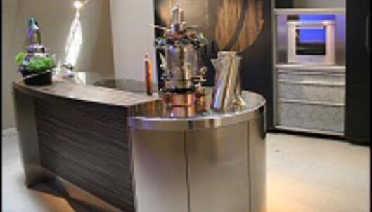 <strong>SAMTALEKJØKKENET:</strong> En kjøkkenøy som åpner for at kokken slipper å stå med ryggen til rommet fra Alessi. <i>Foto: Elisabeth Dalseg</i>
