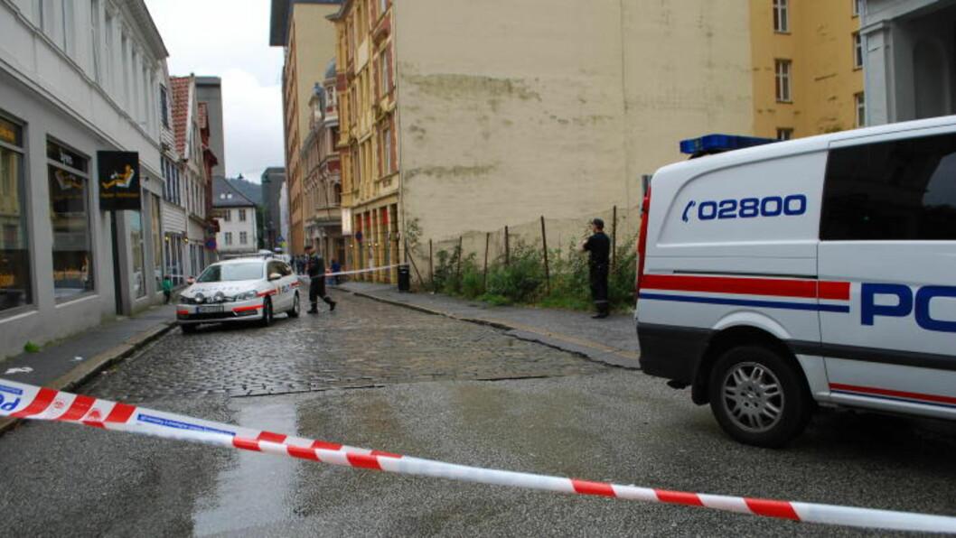 <strong> FUNNET BLØDENDE PÅ GATA:</strong>  Mannen ble funnet på fortauet her i Domkirkegaten ved 16.30-tiden. FOTO: LEIF STANG/DAGBLADET.