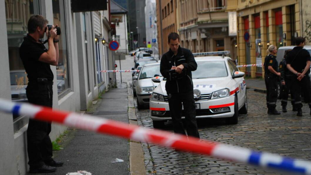 <strong> GJENNOMSØKER BYGÅRD:</strong>  Kriminalteknikere jobber på fortauet foran bygården i Bergen sentrum, der politiet jakter en gjerningsmann. FOTO: LEIF STANG/DAGBLADET.