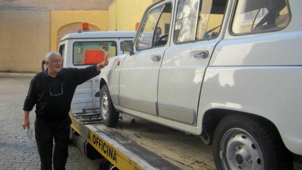 GAVE: En kranbil brakte den gamle bilen fra Verona til Vatikanet, hvor pave Frans satte seg inn og kjørte den til døra i pensjonatet hvor han bor. Bildet er tatt med mobil-telefon. Foto: AP / Scanpix / Fondazione L'Ancora ONLUS