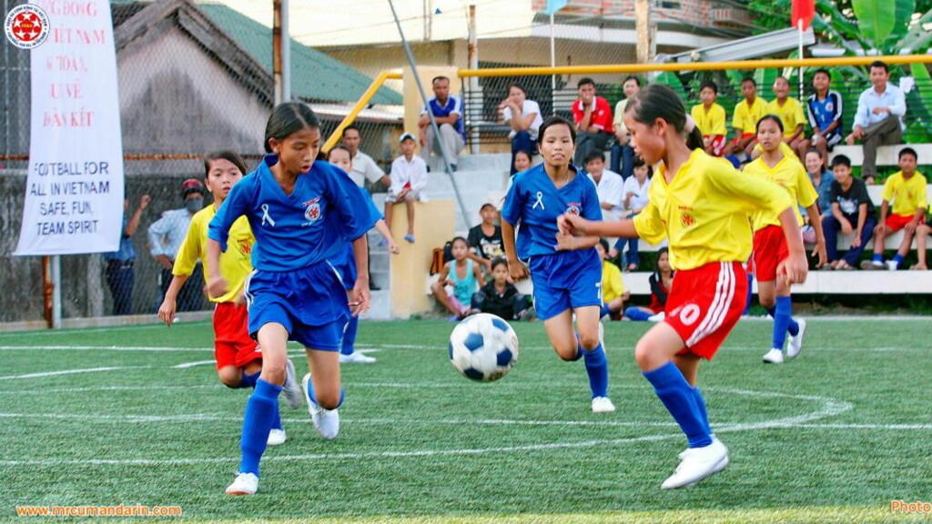 HØYDEPUNKTET:  Sist sommer spilte tusenvis av unger turnering i Hue arrangert av Football for All in Vietnam (FFAV). Det viste styrken i dette norske barnefotball-prosjektet som nå er i ferd med å spre seg over hele Vietnam. FOTO: Mr. Cu.