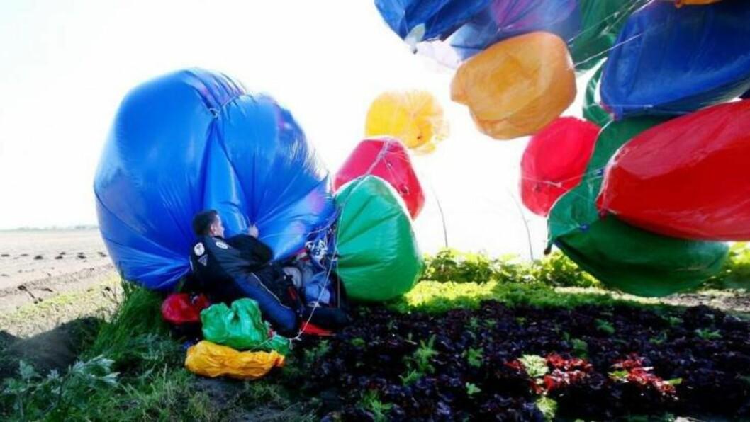 <strong>I 2010:</strong> Trapp landet på fransk jord etter den tre timer lange ballongturen over Den engelske kanal, 28. mai 2010. Han er derfor tidenes første til å fly med heliumballonger over kanalen. Foto: AP / NTB SCANPIX