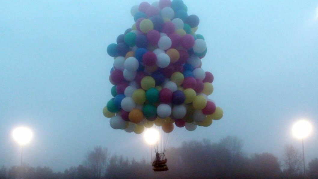 <strong>KLARTE IKKE MÅLET:</strong> Ballongmannen Jonathan Trappe forsøkte å krysse Atlateren hengende i disse hundrevis av ballongene. Han måtte lande i Newfoundland. Foto: AP / Mark McBreairty / NTB Scanpix