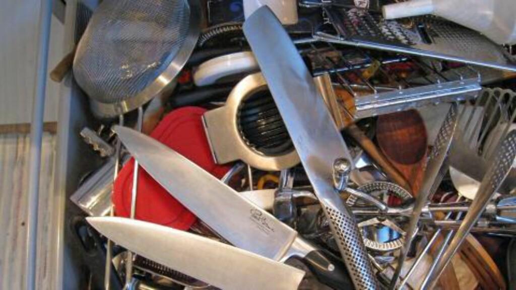 IKKE HER HELLER: Kjøkkenknivene skal heller ikke ligge og slenge i kjøkkenskuffen sammen med alt annet som kan ødelegge eggen på dem. Foto: Alexander Berg jr.