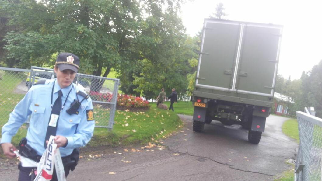 BOMBEEKSPERTER PÅ PLASS:  Politiet åpner sperringen inn til Høybråten kirkegård for en bil fra eksplosivryddeskolen på Sessvollmoen. Foto: Lars Magne Hovtun, Forsvaret.