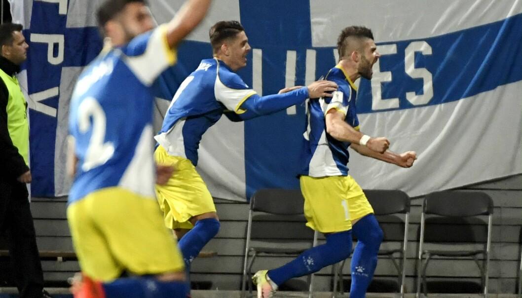 <strong>HELT:</strong> Valon Berisha reddet ett poeng for Kosovo borte mot Finland. Foto: Jussi Nukari/Lehtikuva via AP