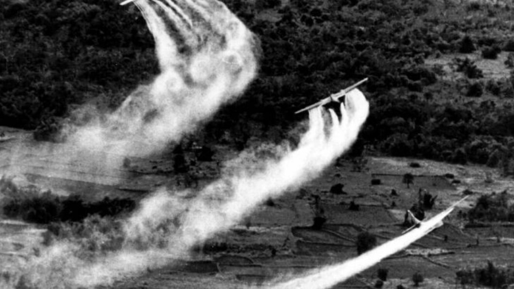 <strong> GIFTEN SPRES:</strong> Amerikanske fly sprøyter Agent Orange utover landskapet i 1966. Giften dreper fortsatt. FOTO: AP Photo, File.