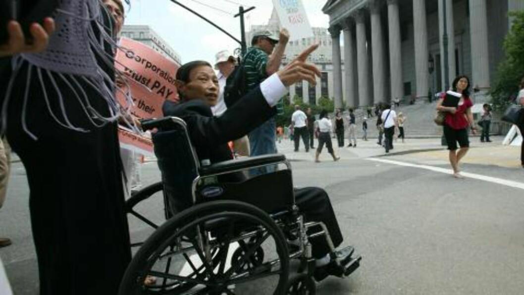<strong> ENDA EN RETTSAK:</strong>  Vietnamesiske Nguyen Van Quy blir trillet inn til en erstatningssak i New York. Nå er det fremmet et nytt forslag i den amerikanske kongressen slik at de vietnamesiske ofrene for Agent Organge får en økonomisk oppreisning. FOTO: AP/Bebeto Matthews.