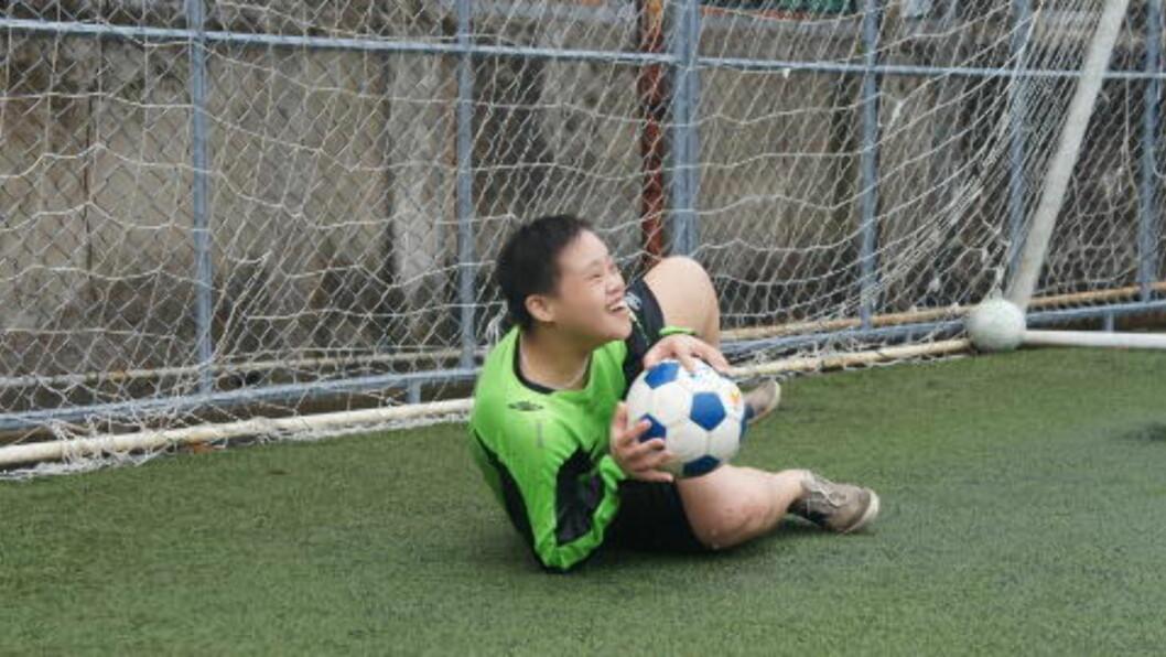 <strong>FORNØYD KEEPER:</strong>  Det beste Duy vet er å ta ballen i fast grep. FOTO: Trang Tran.