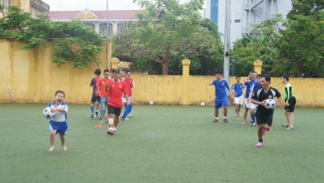<strong>EGENTRENING:</strong>  Trenerjobben på senteret har lært rutinerte Vo Quoc Thinh (nærmest med rød trøye) helt andre gleder ved fotballivet.         FOTO: Trang Tran.