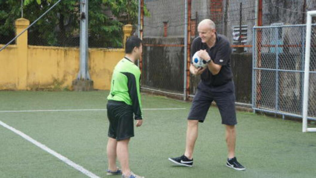 <strong>TVILSOM LÆRER:</strong>  Etter mange år med trening er Duy blitt en så bra målmann at han forhåpentligvis ikke blir ødelagt av denne privatøkta med Dagbladets mann. FOTO: Trang Tran.